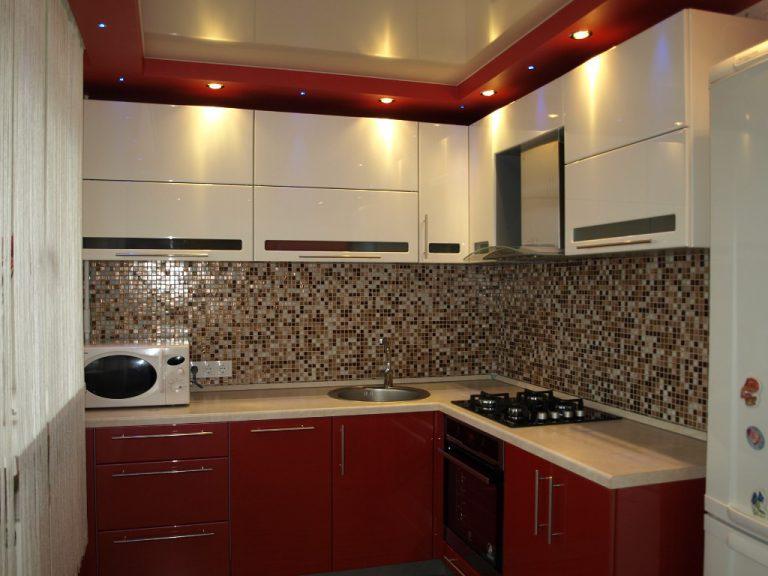 Кухонные гарнитуры с бежевым фартуком