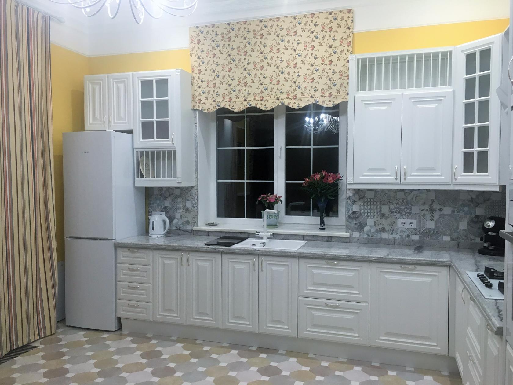 Идеи оформления окна на кухне: реальные фото примеры